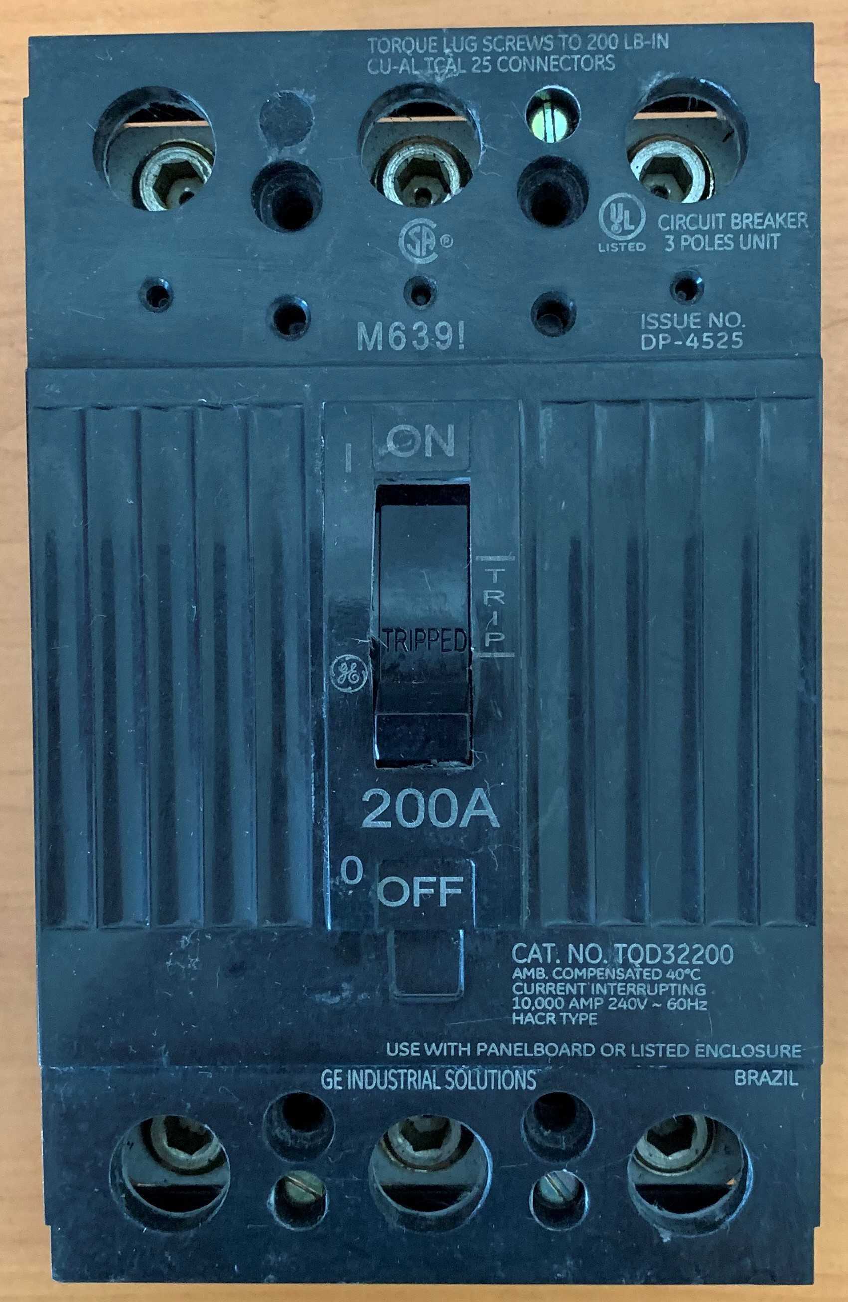 Breaker Superficial 3 x 200 Amperios TQD32200. Marca GENERAL ELECTRIC.